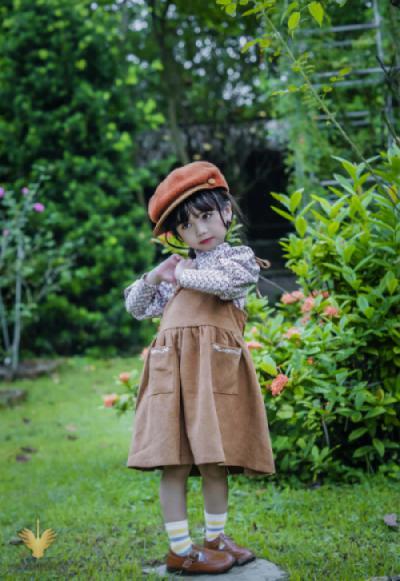 Thiên thần nhỏ bên vườn hồng