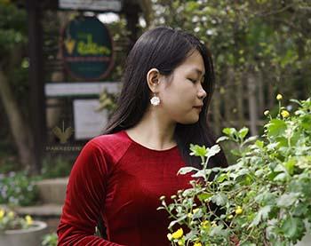 Ảnh với hoa cúc với áo dài nhung truyền thống