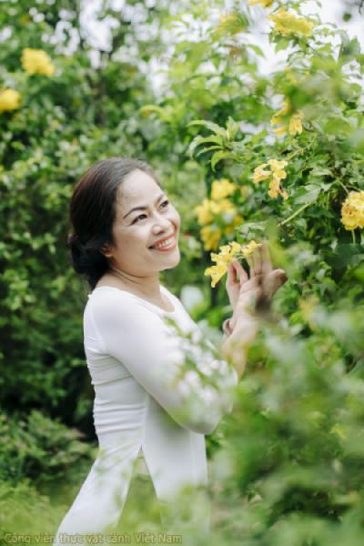 Du khách chụp ảnh cùng hoa Huỳnh Liên