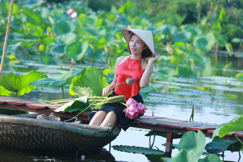 thôn nữ bên hồ sen